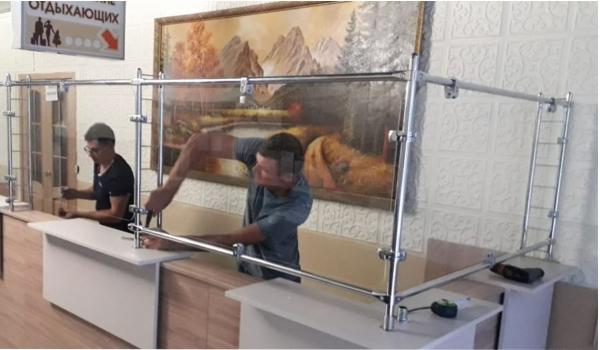 Система настольных защитных экранов на металлических стойках